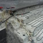 распаячная коробка и греющий кабель на ступенях